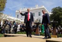 Чтобы казаться выше, король Иордании встал на ящик рядом с Трампом