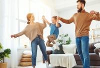 Как развлечь детей дома: интересные игры, которые не дадут заскучать